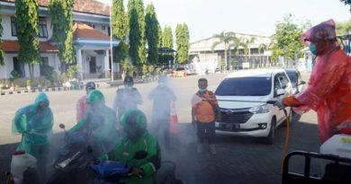 Langkah Bijak Walikota Mojokerto, Ratusan Driver Ojol Disemprot Disinfektan