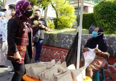 Masa PPKM Darurat, Wali Kota Mojokerto Bagikan Sembako dan Bebaskan Retribusi Pedagang