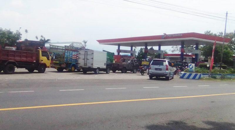 BBM Solar Langka di Kota Nganjuk, Puluhan Armada Rela Antri di SPBU Sukomoro